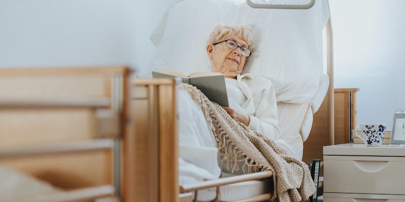 Jak prawidłowo opiekować się osobą leżącą?