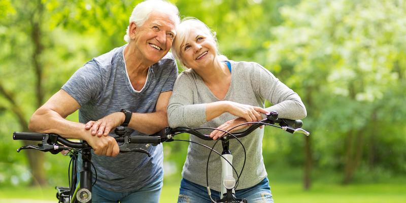 Lato, wiosna, a nawet wczesna jesień sprzyjają aktywności na świeżym powietrzu. Można spacerować, biegać, a także jeździć na rowerze. Dotyczy to osób w każdym wieku, również tych starszych, czyli Twojego podopiecznego także